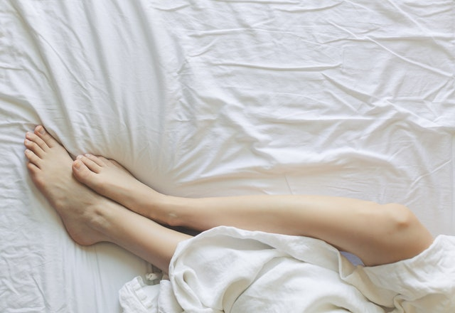 A women sleeping in the bed